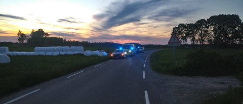 Bilen som har kjørt av Galbyveien i Hvitsten skal ha fått store skader.
