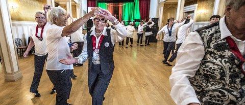 Hyggelig: De stemningsfulle lokalene på Phønix egner seg godt til dans, noe Gla'dansen vet å glede seg over. Foto: Geir A. Carlsson