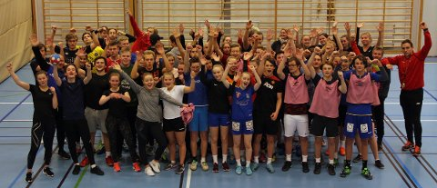 Elever og lærere ved idrettsfag på Svs jubler over å være ute av fylkets kuttliste.