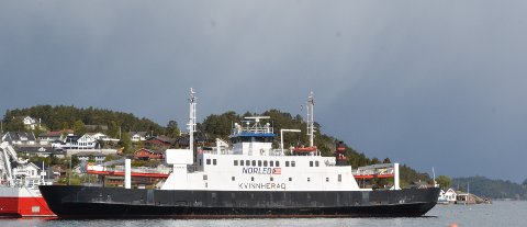 SLUTT ETTER 30 ÅR: MF «Kvinnherad» har gått i rute i Kvinnherad i over 30 år. No ventar nye kystar for den gamle ferja. Her ligg ho ved fiskerihamna i Kobbabukta på Halsnøy.