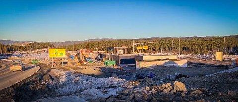 MIDT MELLOM: En ny bensin- og ladestasjon bygges mellom tidligere og nåværende E134 på Basserudåsen.