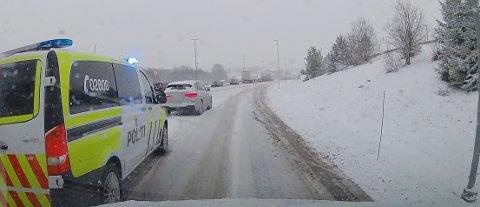 MISTET LAPPEN: En bilist rygget rett inn i en politibil med blålys i Vestby. Føreren mistet lappen på stedet.