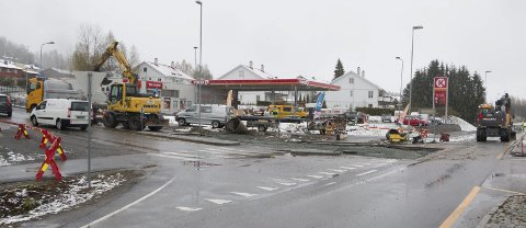 GRAVEARBEID: Krysset ved Circle K-stasjonen på Langeland har vært stengt denne uka grunnet rehabilitering av vannrør. FOTO: PER HÅKON PETTERSEN