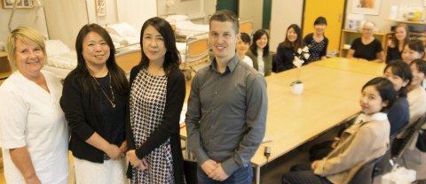 FRA JAPAN: Høyskolesenteret i Kongsvinger med langveisfarende gjester. Fra venstre førstelektor Randi Skyrud, Yoko Arai, Mika Tanaka og prosjektleder Anders Øverby.