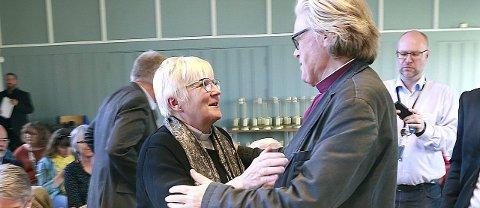 GRATULERES:  Ann-Helen Fjeldstad Jusnes innsettes som ny biskop i Sør-Hålogaland til helga. Her gratuleres hun av forgjengeren, Tor B.  Jørgensen. Foto: Tom Melby
