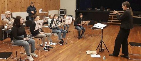 LØRDAGSØVING: Både unge og eldre korpsmusikanter møttes til samspilløvelse i Hof lørdag. Her er skolekorpsgruppa i gang med øving.