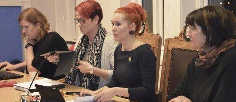 Historisk: Fire kvinner ved dirigentbordet. Fra v. sekretær Lisa Enebohm, settevararodfører Sølvi Wreen Wirum (Ap), fungerende ordfører Charlotte Therkelsen Sætersdal (Rødt) og rådmann Inger Lysa.