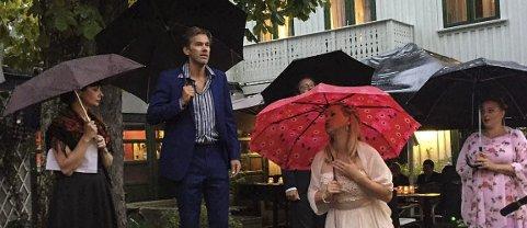Paraply: Åpningen foregikk denne gang under paraplyer mens sangerne etter hvert fant le under tak slik gjestene hadde funnet.foto: per albrigtsen