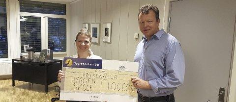 I FJOR: Rektor ved Hyggen oppvekstsenter, Trude Bøe Eriksen, mottok en sjekk på ti tusen kroner fra Røykenmila ved Per Vatn, som beste klasse under minmimila i fjor.