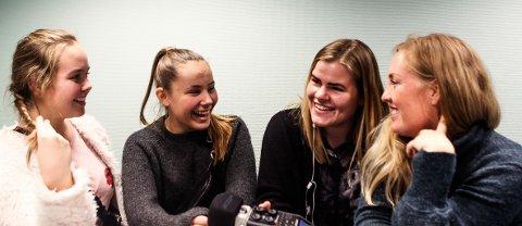 NY EPISODE UTE: Mon tro om noen av SA-damene har svart belte i shopping? Til venstre: Astrid Annette Engh og Sofie Eide Sulusnes, som har arbeidsuke i SA. Til høyre: journalistene Eline Rildå Bjørge og Kristin Engløkken.