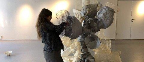 Gjør klart: Maja Sjöström i gang med å sette opp utstillingen, som åpner lørdag 2. mars.