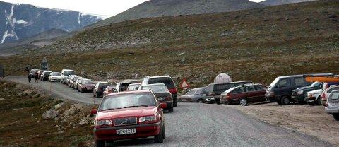 Snøheimveien: Det er situasjoner som vist på bildet med mange privatbiler på Snøheimveien man ønsker å forhindre gjennom ordningen med skyttelbuss.