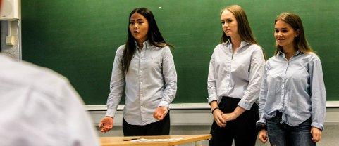 GRÜNDERE: Kathrine Wettre (f.v.), Anniken Nilsen og Lisa Jensen i Healthier Candy UB deltok i fjorårets «syretest» på SVGS.
