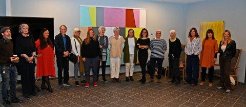 Innkjøpskomiteen har kjøpt inn arbeider av 43 lokale kunstnere. 15 av dem var på plass i omsorgsboligen på Fjellstrand. Her poserer de foran et arbeid av Wenche Gulbrandsen.