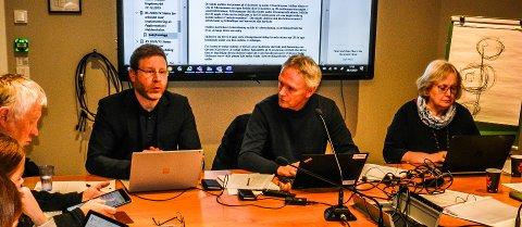 VIL PRØVE UT: Utvalgsleder Fridtjof Dahlen  (i midten) vil prøve ut og evelauere den nye tilskuddsordningen. – Dette er ingen mistenkeliggjøring av de private barnehagene, sa han.