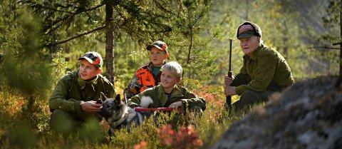 Læregutter: Brødrene Sindre (15), Fritjof (14) og Håvard (11) Stordalen skal snart ta over på jaktlaget i Jondalen. Sammen med Ruskesara, får de god opplæring av veteranen Arne Aasland (90).