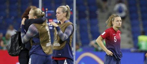 UTSLÅTT: Synne Skinnes Hansen (t.h.) etter torsdagens kvartfinaletap mot England i Le Havre. Foto: Terje Bendiksby / NTB scanpix