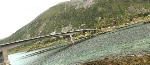 Utenlandske bobilturister som kjører i karavane som her over Gimsøybrua og aldri har hørt om sykkelløpet ARN 2019,  kan bli et problem å takle.