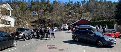 FULLT AV FOLK: Ås-folket valfartet til kiosken på Nesset og Breivoll i helgen. Nå varsler kommuneoverlegen at politiet vil bli tilkalt for å hindre lignende situasjoner i tiden som kommer.
