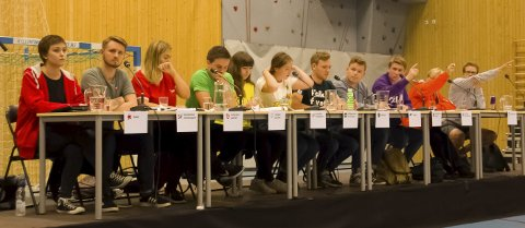PÅ RAD: Av de 16 partiene som stiller til valg i Østfold, var 11 representert på Askim og Mysen videregående skoler. Dette er panelet fra Askim.