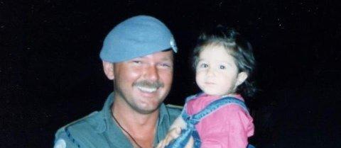 I LIBANON: John Toresen ble fotografert sammen med vesle Sofi i 1990.