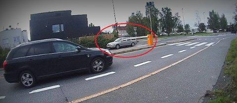 RETT FORBI: Her kjører en bil forbi rushtidsbommen i Sandviksveien via fortauet. Bildet er tatt før politiet holdt sine kontroller på Høvik onsdag morgen.