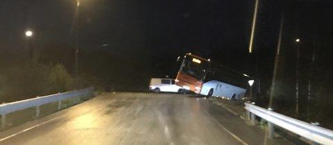 En buss skled delvis ut av veien på Askøy tirsdag morgen.