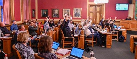 NY STYRINGSMODELL: Det nye kommunestyret får 57 medlemmer, og skal ha sine møter i bystyresalen i rådhuset i Drammen. Dagens bystyrekomiteer erstattes av hovedutvalg i styringsmodellen som er foreslått i Nye Drammen kommune.  Dette bildet er fra et bystyremøte tidligere i år.