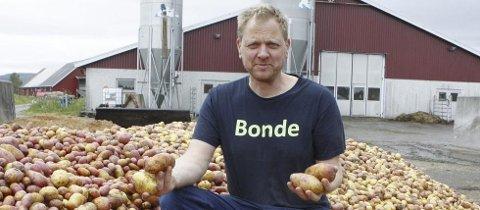 OVERSKUDD: Jens Thori Kogstad ga seg som potetbonde for 20 år siden. Han føler med alle dem som ikke får levert samme mengde poteter som tidligere. Foto: Kjell Aasum