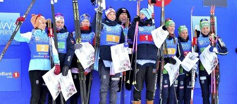 SØLVJENTENE: Amalie Håkonsen Ous, Tiril Udnes Weng og Lotta Udnes Weng (til venstre på bildet) var godt fornøyd med sølvmedaljene bak Kjell Inge Røkke-sponsede Oppdal-jenter. BILDER: Ole Martin Wold / NTB scanpix
