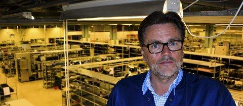 REALISTISK OPTIMIST: Erik Lundbekk, administrerende direktør ved Hadelandprodukter AS gleder seg over vekst innen avdeling for yrkeskvalifisering, og utflating i elektronikkdelen. Elektronikkbransjen har stupt de siste årene.