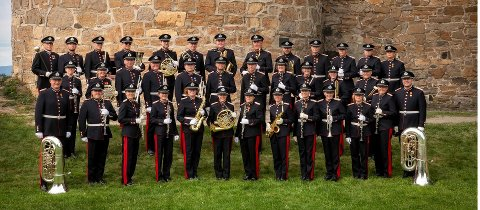 GRATISKONSERT: Forsvarets stabsmusikkorps spiller på Stortorget under den store gratiskonserten.