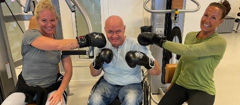 SLÅR ET SLAG FOR BOKSING: Innehaverne Malin Basnes (t.v.) og Linda Wold har lenge ønsket seg boksetrening som et tilbud hos Form treningssenter. Nå sørger boksetrener Tom Vangen for at det blir en realitet.