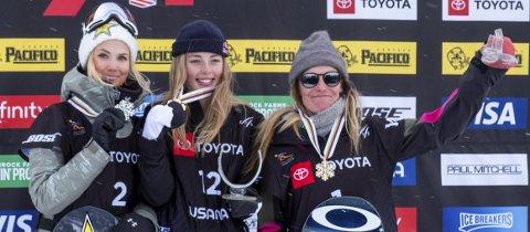 VM-SØLV: Silje Norendal (t.v.) var fornøyd med sølv i slopestyle-VM. Her sammen med mesteren Zoi Sadowski-Synnott og Jamie Anderson. FOTO: SNOWBOARDFORBUNDET
