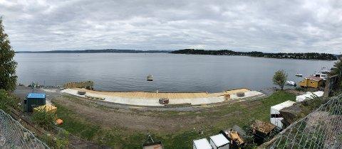 Den nye trebrygga til soling og bading er cirka 48 meter lang. Her panoramafoto tatt fra høyden bak kaiområdet.