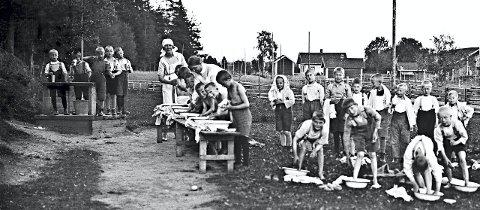 På rekke og rad: Glade gutter under morgenvasken ved feriekolonien Sedsvoll på Dal i Eidsvoll. Bildet er trolig fra tidlig 1920-tallet. Foto: Eidsvoll kommune/AKERSHUSBASEN
