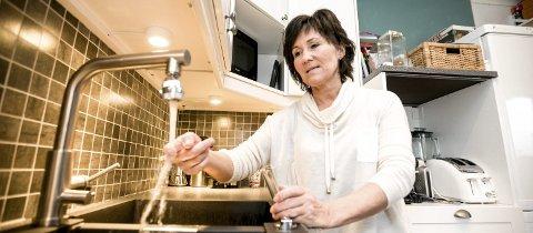 – Ubehagelig: Kjersti Almåsvold synes det er ekkelt å drikke vann som lukter klor, og hun tror at hun drikker mindre vann enn før på grunn av lukten.FOTO: TOM GUSTAVSEN