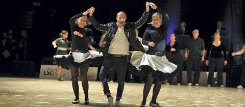 TILBAKE PÅ PALLEN: Marie Sveen (t.v.) danset seg til et swing-sølv i trio sammen med ektemannen Tom og søsteren Ingrid Barman under årets NM. Det 12 år etter forrige konkurranse. Foto: Jens Peter Toverud