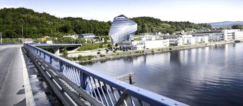 BYGGER I HØYDEN: Næringsbygget Powerhouse Telemark, som etter planen skal bygges like ved Frednesbrua, vil måle 47 meter i høyden. I 11. etasje blir det blant annet utsiktspost og terrasse. Illustrasjon: Snøhetta