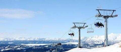STENGT: Et av TAs arkivbilder fra Rauland Skisenter, som viser skiturister i stolheisene. Nå er skisentrene i landet stengt på grunn av koronautbruddet, og næringa frykter dramatiske konsekvenser.