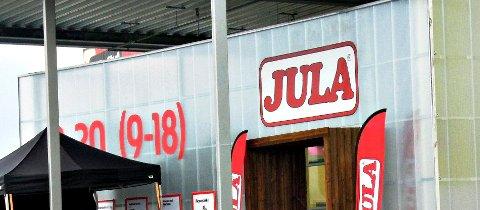 Daglig leder Johnny Albøge i Jula sier han ikke har hørt om lignende tilfeller tidligere, men at butikkene stanser salget for å være på den sikre siden.