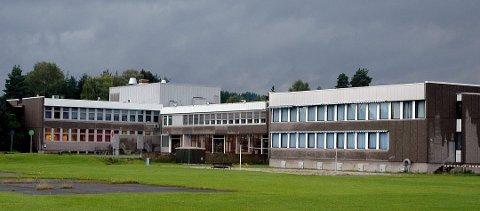 MOTTATT TRUSLER: Politiet oppfordrer elever på Eiker videregående skole til å fortsette som før.