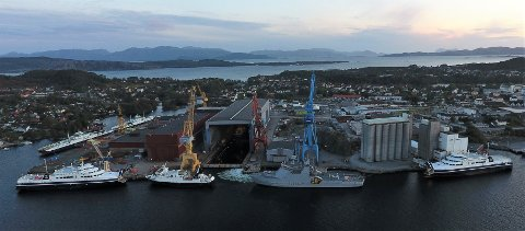 """FERJETREFF: Westcon Yards Florø, onsdag 23. september. Frå høgre ser vi: MF """"Verøy"""" Torgatten Nord, kystvaktskipet KV """"Svalbard"""", MF """"Røst"""" Torghatten Nord, MF """"Barøy"""" (søsterskipet til Verøy. Dei to skipa går i trafikk frå Bodø til Røst). På kaiene til venstre ligg Fjord1-ferjene MF """"Romsdalsfjord"""" og MF """"Korsfjord"""". Inne i dokka kan vi også skimte det ombygde """"Bergen LNG"""", som er eit tidlegare lasteskip som skal forsyne dei nye hurtigruteskipa med gass."""