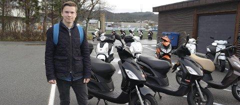 FORBIKJØRT: Eirik Grasdal Larsen ble forbikjørt i en rundkjøring, og syntes det var en veldig skremmende opplevelse. Han tok ansvar og bråbremset. FOTO: AMALIE TJERNAGEL BJØRNDAL