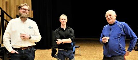 NYKOMMERE: Vadsø-koret har rekruttert nye medlemmer. Her er to av dem, Nils Norheim (t.v.) og Marius Næss sammen med korets leder, Ronald Andersen (t.h.).