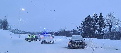KOLLISJON: Til høyre står en av to biler som var involvert i ulykken.