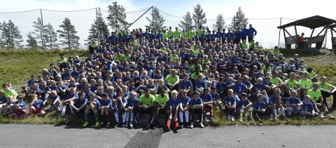 REKORDDELTAKELSE: 295 jenter og gutter er med på årets fotballskole i IL Skrims regi. Her er de ivrige deltakene sammen med 55 instruktører.ALLE FOTO: HOSTVEDT
