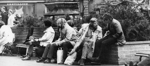 Den nye hippiekulturen preget bybildet i København i 1970. Her sitter BA-journalist Truls Synnestvedt (til høyre) ved Storkespringvannet på Strøget, i samtale med en ung hippie som prøver å selge ham hasj til åtte kroner grammet.