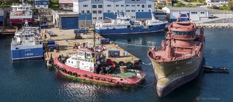 STOR AKTIVITET: To fiskefartøy frå Skipskompetanse er for tida under bygging hos Stadyard på Raudeberg. Her har skroget til Støttfjord nyleg kome til verftet. Foto: John Kråkenes