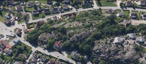 VIL HA 18 BOENHETER HER: Det er på en høyde mellom Storveien og Bjerkelundsveien på Gressvik at det foreslås å sette opp 18 leiligheter. Rådmannen mener det er altfor mye og vil avvise planene.